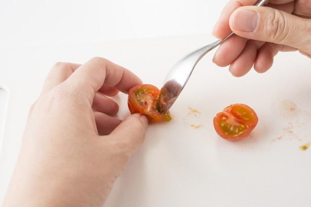 Cà chua bi luộc chín, tách bỏ vỏ, hạt và nghiền nhỏ