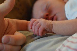 Mẹ gần gũi với bé giúp bé càng thông minh.