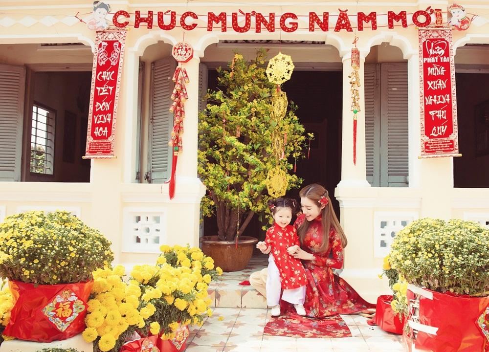 Hai mẹ con xinh đẹp, rạng rỡ chụp hình Tết