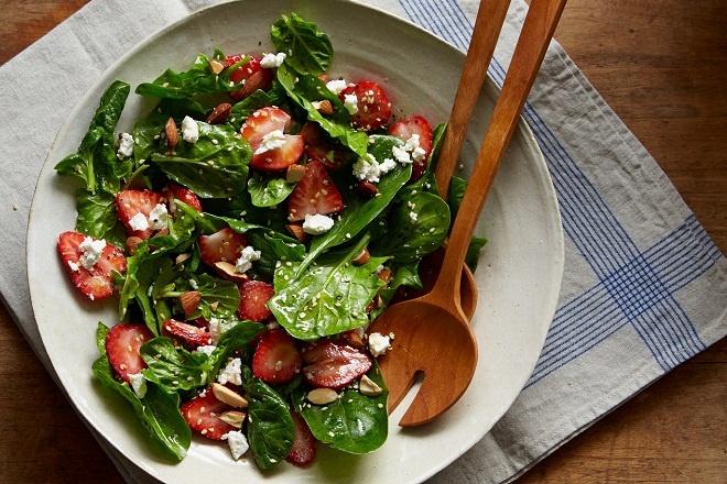 Salad dâu tây cho bé ăn dặm thời kì mogumogu