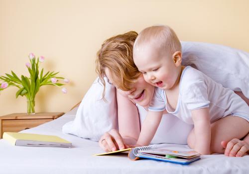 Cho bé đọc sách giúp bé biết nói sớm