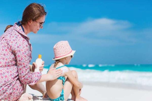 Luôn bôi kem chống nắng cho bé