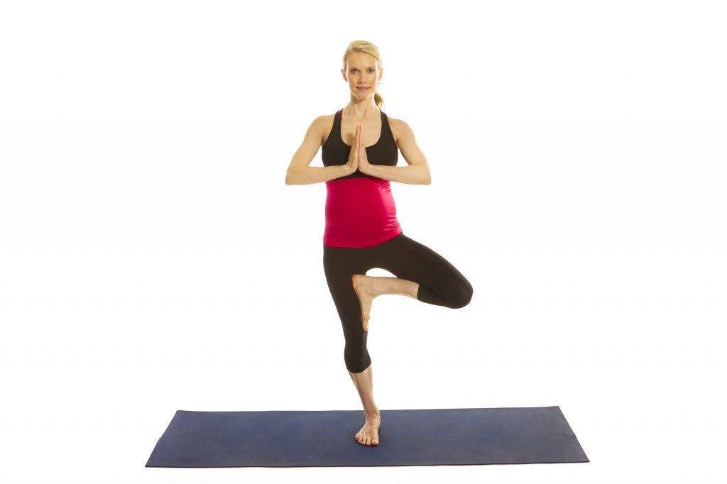 2 bài tập yoga cơ bản giúp bà bầu 3 tháng không bị đau lưng, phù chân