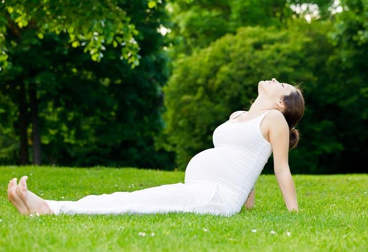 2 bài tập yoga cho bà bầu cơ bản giúp bà bầu 3 tháng không bị đau lưng, phù chân