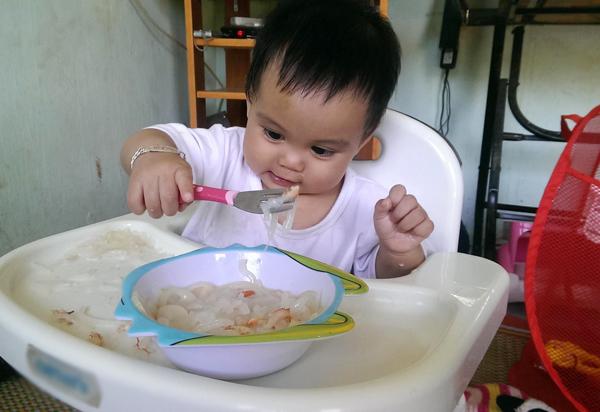 Cho trẻ thoải mái ăn uống không ngại bẩn để trẻ tự học nhanh hơn.