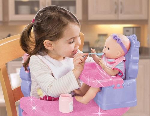 Cho bé gái chơi với búp bê là cách phát triển cảm xúc và giác quan rất tốt cho trẻ