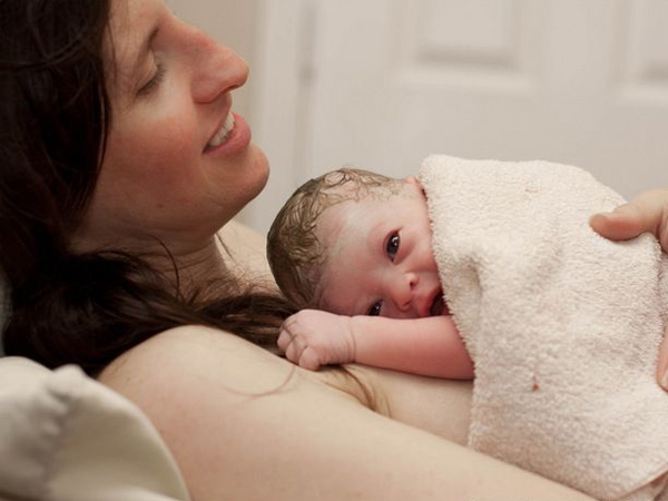 Phương pháp da tiếp da và những lợi ích không ngờ cho mẹ và bé