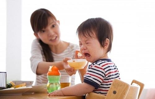 Tác hại khôn lường khi bạn dọa nạt trẻ, ép trẻ ăn.