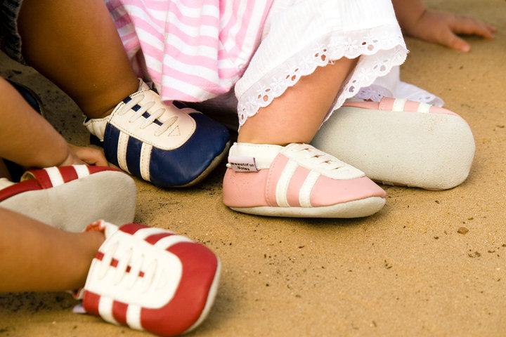 Mua giày rộng cho con đi để tiết kiệm, mẹ hại con bị tật ở chân.