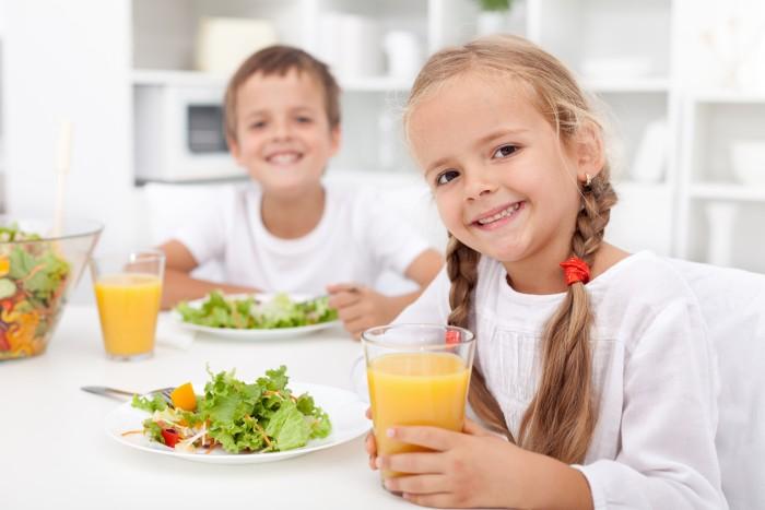 Có nên cho trẻ uống nước trái cây thường xuyên không?