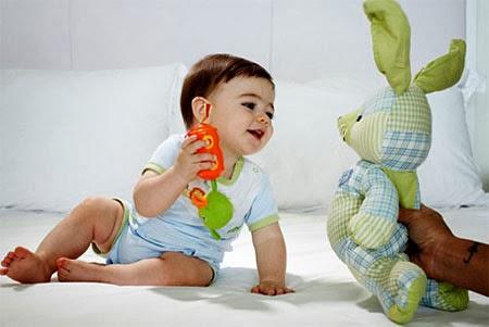 Khuyến khích trẻ chơi với các đồ vật từ gần đến xa