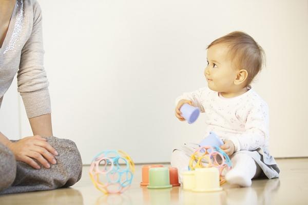 Cho trẻ chơi những đồ vật hình khối