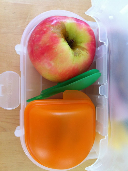Hướng dẫn làm món cơm sữa trộn táo cho bé 1 tuổi ăn dặm