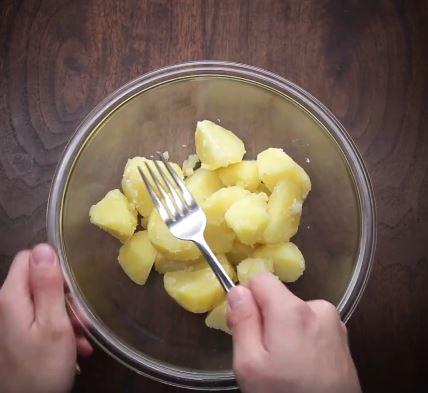 Mẹ trổ tài vào bếp với món khoai tây chiên phô mai siêu ngon cho cả nhà chỉ 15 phút