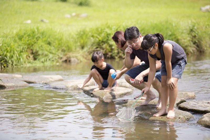 Bố mẹ Nhật dạy con khám phá