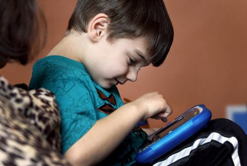 Dấu hiệu nhận biết trẻ tự kỷ và phương pháp điều trị