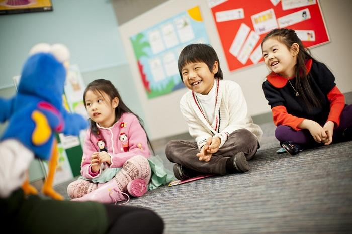 Học ngoại ngữ sớm giúp trẻ phát triển khả năng ngôn ngữ.