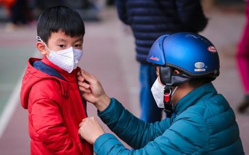 Giữ ấm cơ thể cho trẻ khi đi ra ngoài.