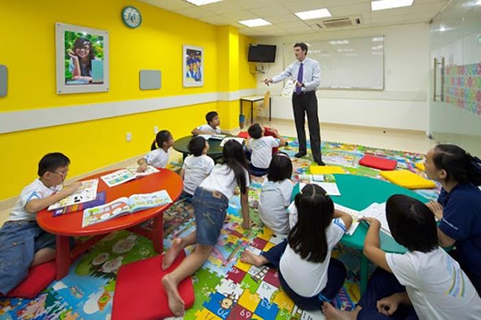 Nên cho bé học tiếng Anh ở trung tâm hay ở nhà?
