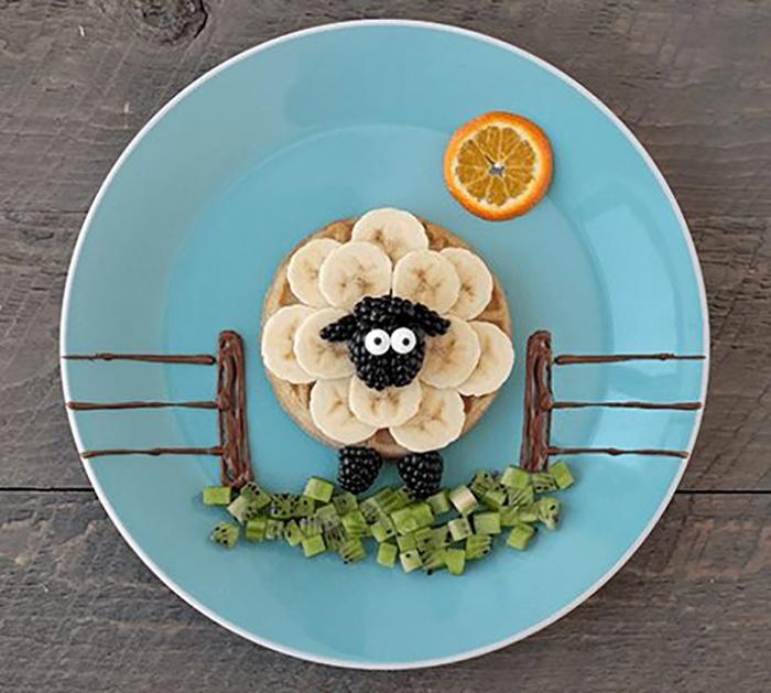 Chú cừu từ bánh quế, chuối và dâu tằm