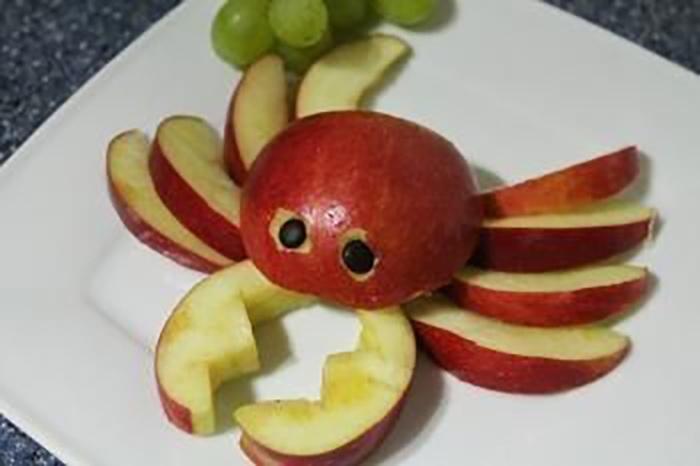 Trang trí hình cua bằng táo