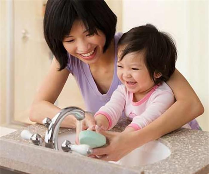 Nên vệ sinh sạch sẽ để phòng tránh bệnh cho bé