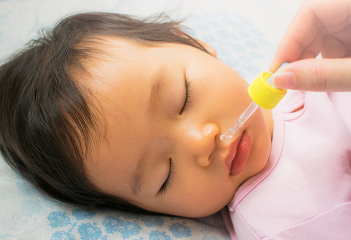 sử dụng nước muối sinh lý để điều trị cho trẻ sơ sinh bị nghẹt mũi