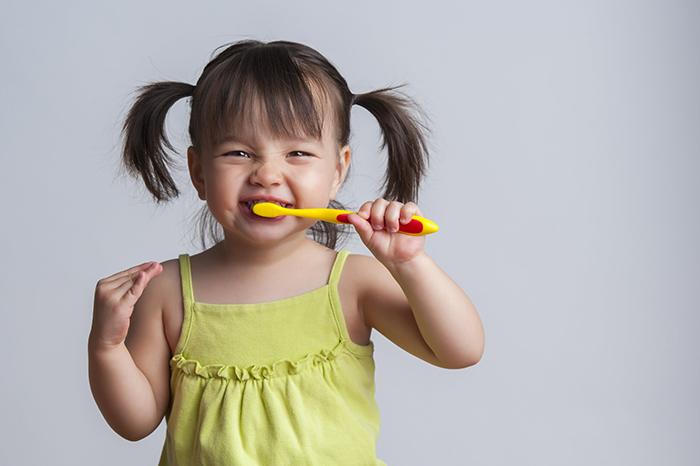 tập thói quen đánh răng với kem đánh răng cho bé